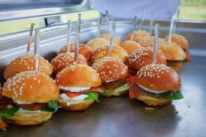 Atelier mini burger vin d'honneur cocktail mariage dordogne Périgord mariage france eyrignac traiteur dordogne